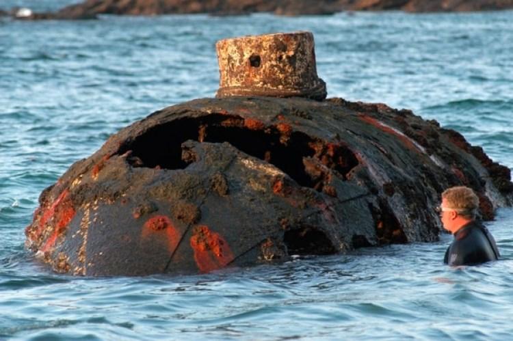 En esta foto del 12 de marzo de 2004 proporcionada por la embajada de los Estados Unidos en Panamá, un buzo se encuentra junto al submarino diseñado por Julius H. Kroehl, que naufragó en la isla de San Telmo, Panamá. (James Delgado/Embajada de los Estados Unidos en Panamá a través de AP)
