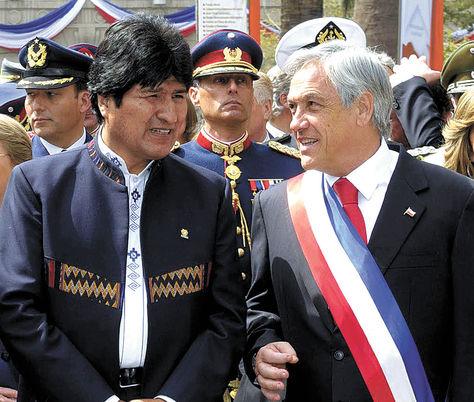 El presidente Evo Morales junto su homólogo de Chile, Sebastián Piñera