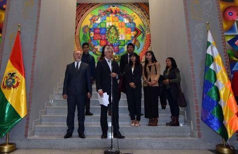 García anuncia el viaje de los seis becarios a Rusia.
