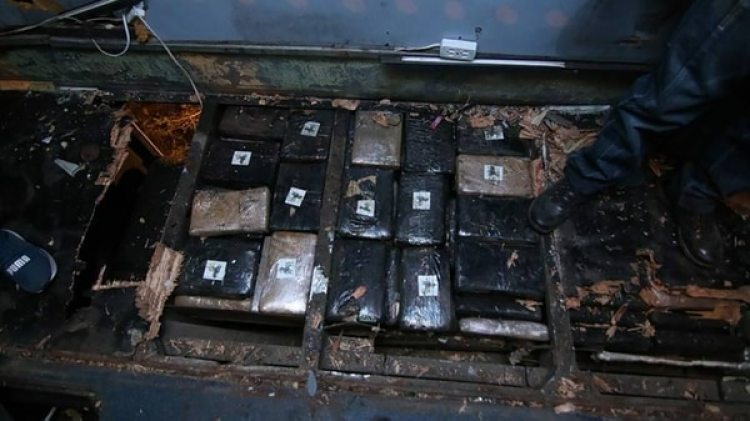 Bloques de cocaína y marihuana tipo creepy encontrada en el piso del bus.