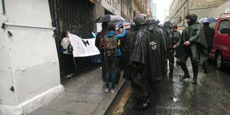 Policía dispersa protesta de pacientes con cáncer frente a nuevo palacio Casa Grande del Pueblo