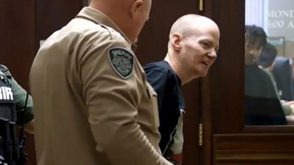 Impotente ante el dolor, padre se abalanzó en la corte sobre el presunto asesino de su hija - eju.tv