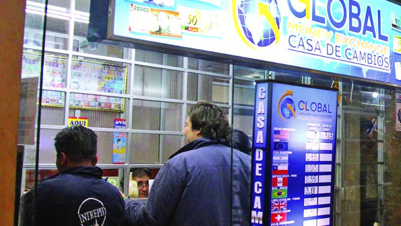 Casas de cambio se quedan sin dólares por alta demanda