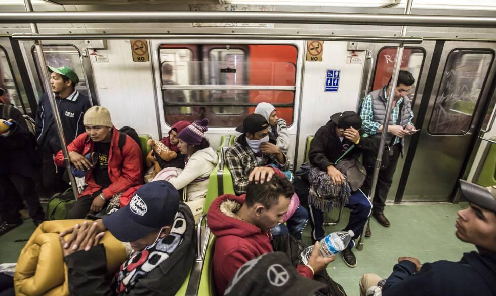 Hondureños de la caravana de migrantes, en el metro en Ciudad de México este viernes.