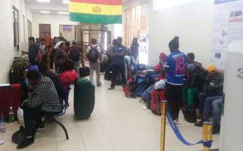 Haitianos en oficinas de Migración.