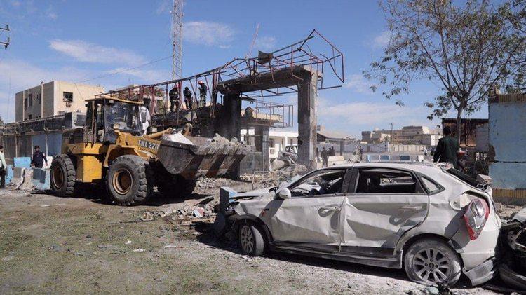 Las autoridades intentan despejar los escombro y restos tras la explosión (AFP)