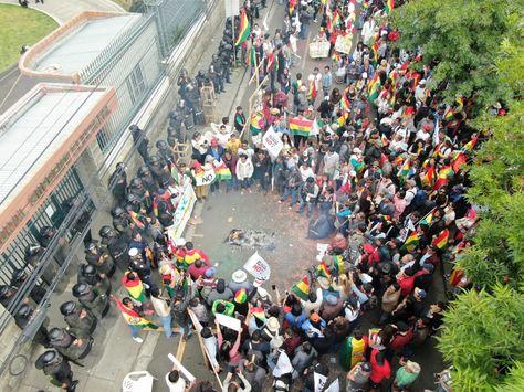 Miembros de las plataformas que reivindican el 21F protestaron frente a las puertas del TSE. Foto: APG