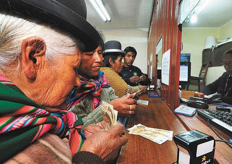 Una persona de la tercera edad cobra su Renta Dignidad. Foto: La Razón - archivo