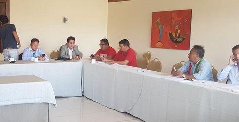 Los cívicos reunidos en Cochabamba momentos antes de que comience su reunión. Foto: Angélica Melgarejo