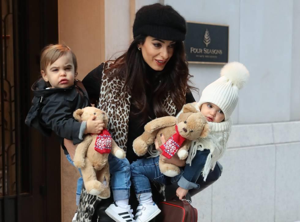 Amal Clooney con sus hijos Elle y Alexander.