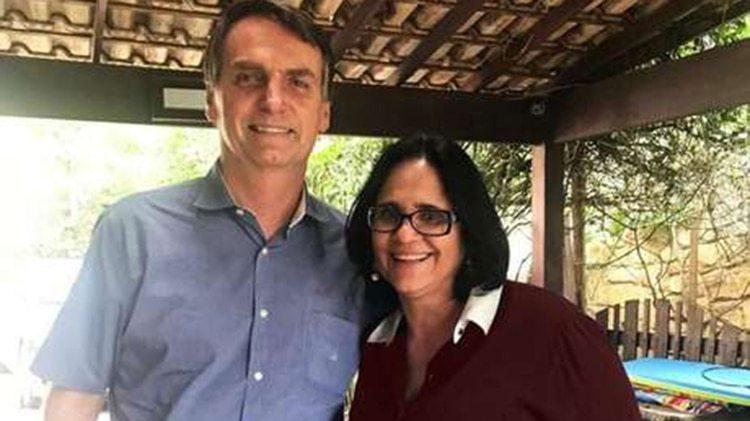 Jair Bolsonaro junto a Damares Alves
