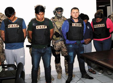 Operativo. Policía muestra a un grupo de delincuentes acusados de participar en un secuestro.