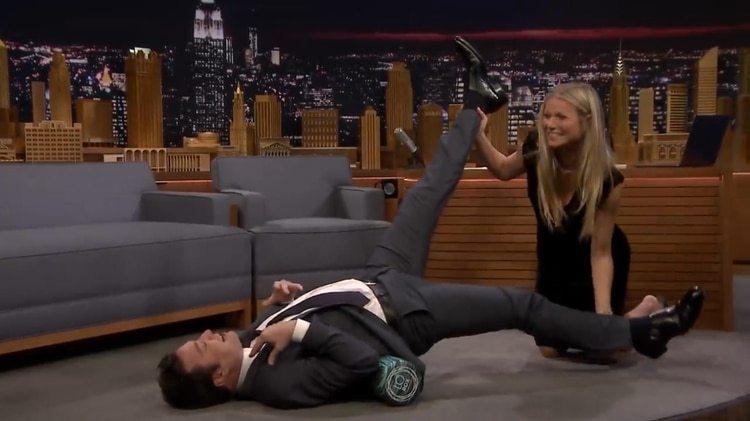 Gwyneth Paltrow le mostró a Jimmy Fallon cómo usar un rodillo de goma (The Tonight Show)