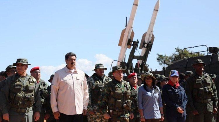 Maduro se ha dedicado en las últimas semanas casi exclusivamente a retratarse junto a miembros de las Fuerzas Armadas de Venezuela (Reuters)