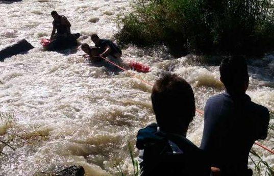 Policía rescata a dos personas que fueron arrastradas por el río Bermejo