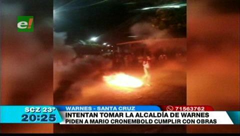 Vecinos queman llantas y piden la renuncia del alcalde en Warnes