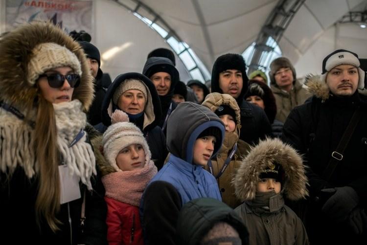 El público fue trasladado a un lugar más apartado del sitio de despegue para seguir viendo el trayecto del Soyuz, en diciembre. (Maxim Babenko/The New York Times)