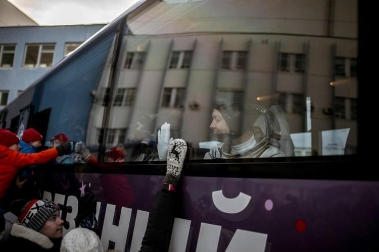 El comandante Kononenko saludaba a los espectadores cuando se dirigía a la plataforma de lanzamiento para el despegue de diciembre de 2018. (Maxim Babenko/The New York Times)