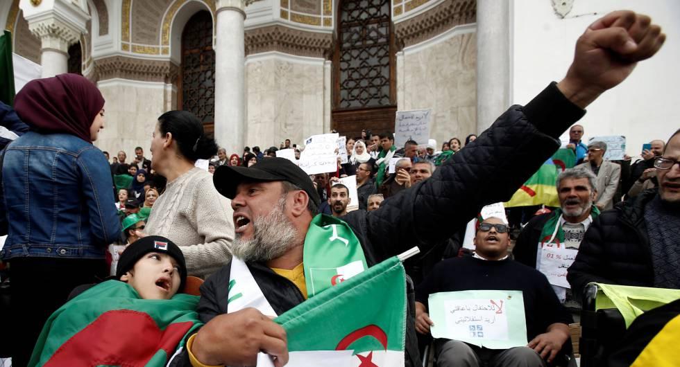 Manifestación contra el régimen de Abdelaziz Buteflika convocada este jueves en el centro de Argel por personas discapacitadas y con necesidades especiales.
