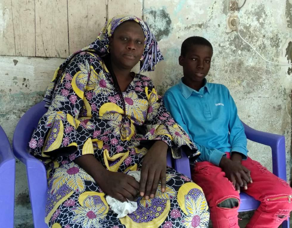 Manieme Ndoye, junto a uno de sus hijos, afectado de la enfermedad de las células falciformes.