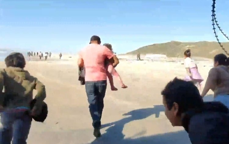Más de 50 migrantes cruzaron con sus hijos en brazos el jueves en la frontera de Tijuana con San Diego California, entre los detenidos son ciudadanos de Honduras, Guatemala y El Salvador Foto: (Twitter)