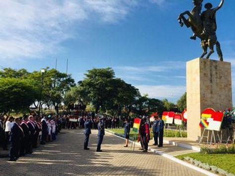 """El acto instalado a los pies del monumento a """"Moto"""" Méndez en Tarija."""