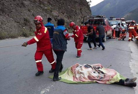 Bomberos trabaja en el rescate de los contusos y fallecidos en la ruta hacia Caranavi.