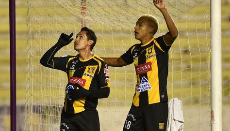 Marvin Bejarano y Jair Reinoso festejan el tercer gol de los gualdinegros.