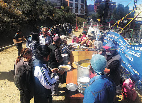 Ayer. Damnificados en el campamento Fígaro reciben su almuerzo.