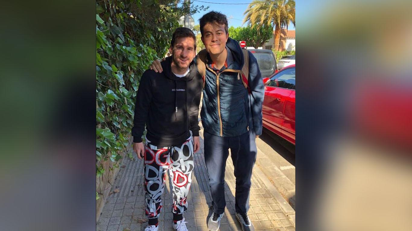 """Lionel Messi salió con un """"pijama"""" a la calle y la foto se viralizó en las redes. (Foto @David_Heras)"""