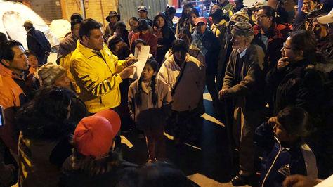 El alcalde Luis Revilla junto a los afectados por el deslizamiento.