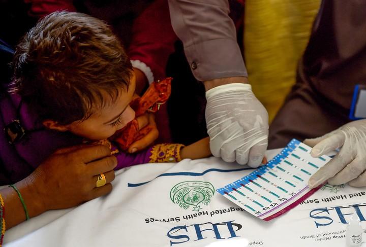Imam Zadi vino para hacer pruebas a cinco de sus hijos tras enterarse de que su nieto era seropositivo (AFP).