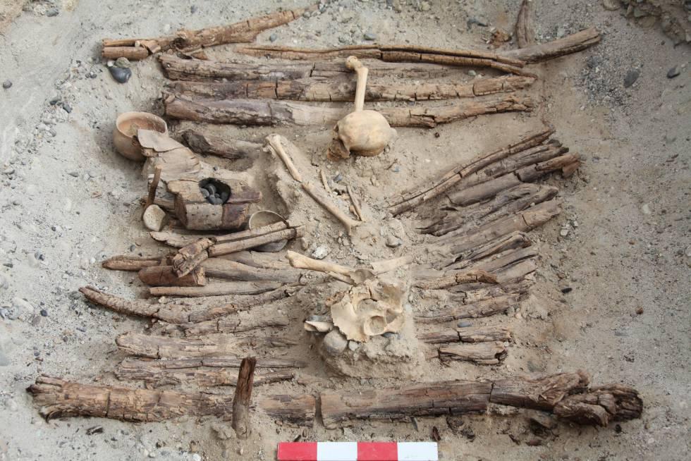 Uno de los braseros, a la izquierda, hallados en una decena de tumbas del cementerio de Jirzankal, en la cordillera del Pamir, China.