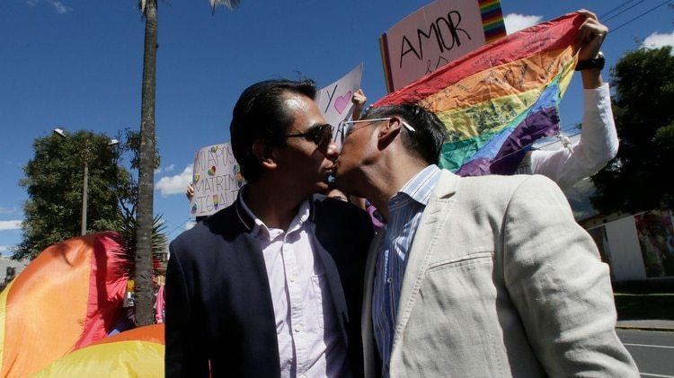 Javier Benalcazar y Efrain Soria se besan afuera del edificio de la Corte Constitucional de Ecuador (AP Photo/Dolores Ochoa)