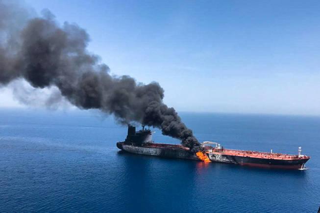 Tanquero en llamas en el Golfo de Omán. (Reuters)