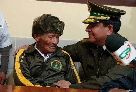 Zenobio Mamani en un encuentro con el comandante general de la Policía, general Yuri Calderón. Foto: La Razón