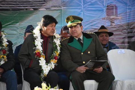 El presidente Evo Morales conversa con el comandante de la Policía, general Yuri Calderón.