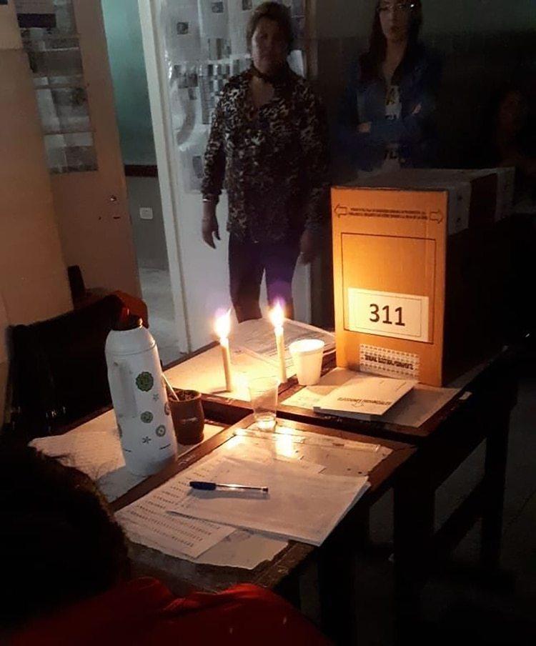 Las velas, en una mesa electoral de Santa Fe