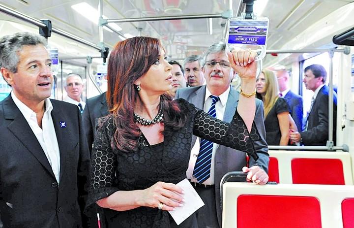 Cirigliano, Cristina y Schiavi, en marzo de 2011, un un vagón de doble piso del Sarmiento.