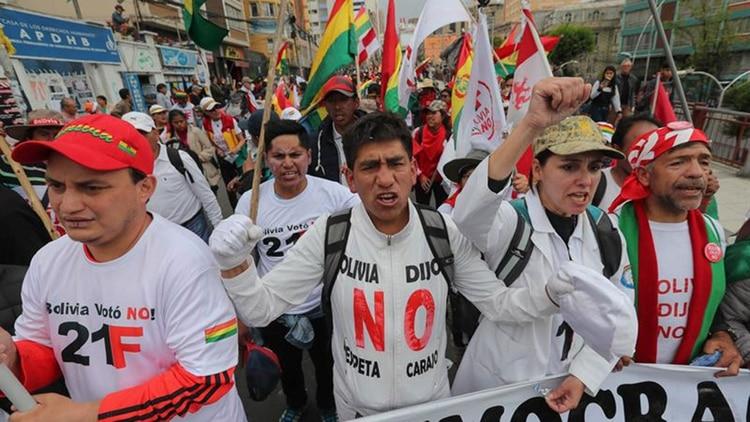 La oposición no cesa las protestas contra la postulación de Evo Morales