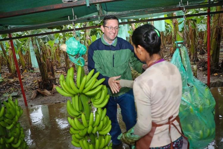 El candidato opositor Oscar Ortiz, con los bananeros, en Chapare