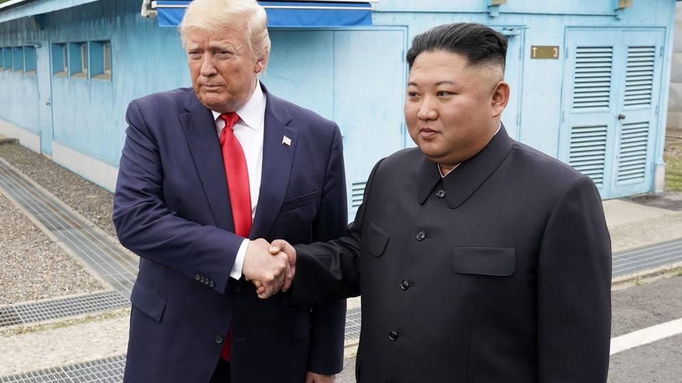 Foto: Momento del encuentro entre Donald Trump y Kim Jong Un en la zsona desmilitarizada.