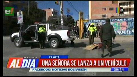 Mujer discapacitada se lanza a un vehículo para suicidarse, murió atropellada