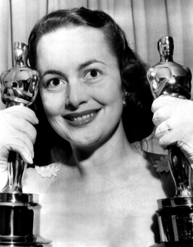 Olivia de Havilland con sus dos Oscars, por