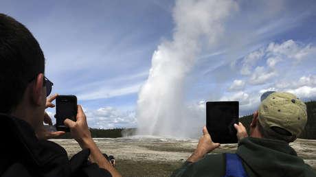 Un géiser en erupción en el parque nacional de Yellowstone, el 16 de mayo de 2014.