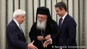 Mitsotakis estrechó las manos del presidente griego, Prokopis Pavlopoulos, y del arzobispo de Atenas, Jerónimo II. (Reuters/A. Konstantinidis)