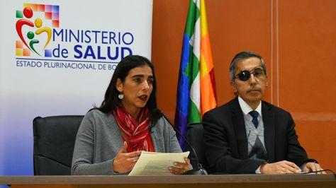 La ministra de Salud y el representante de la OPS en Bolivia confirman el deceso del médico Gustavo Vidales. Foto: APG