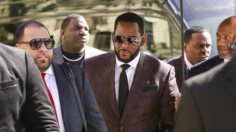 R. Kelly (centro) a la entrada de un juzgado, Chicago, Illinois, EE.UU., 26 de junio de 2019.