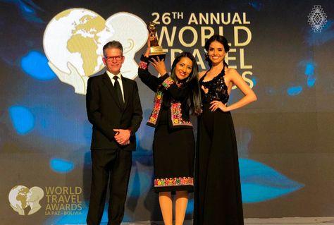 La ministra Alanoca levanta uno de los galardones World Travel Awards (WTA) que obtuvo Bolivia.