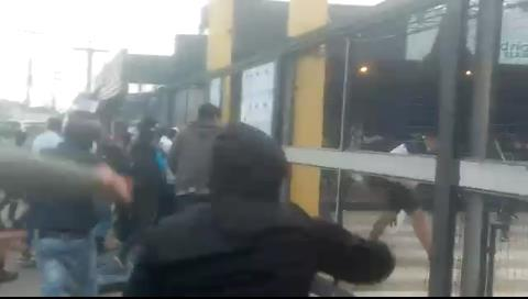 Video: Jóvenes toman y destrozan casa de campaña del MAS